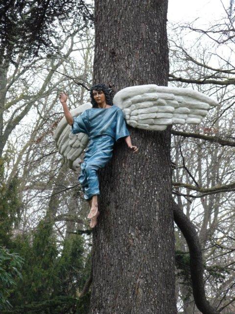 Ángel de la anunciación a los pastores, figura del belén de La Florida que es la primera que se instala cada año