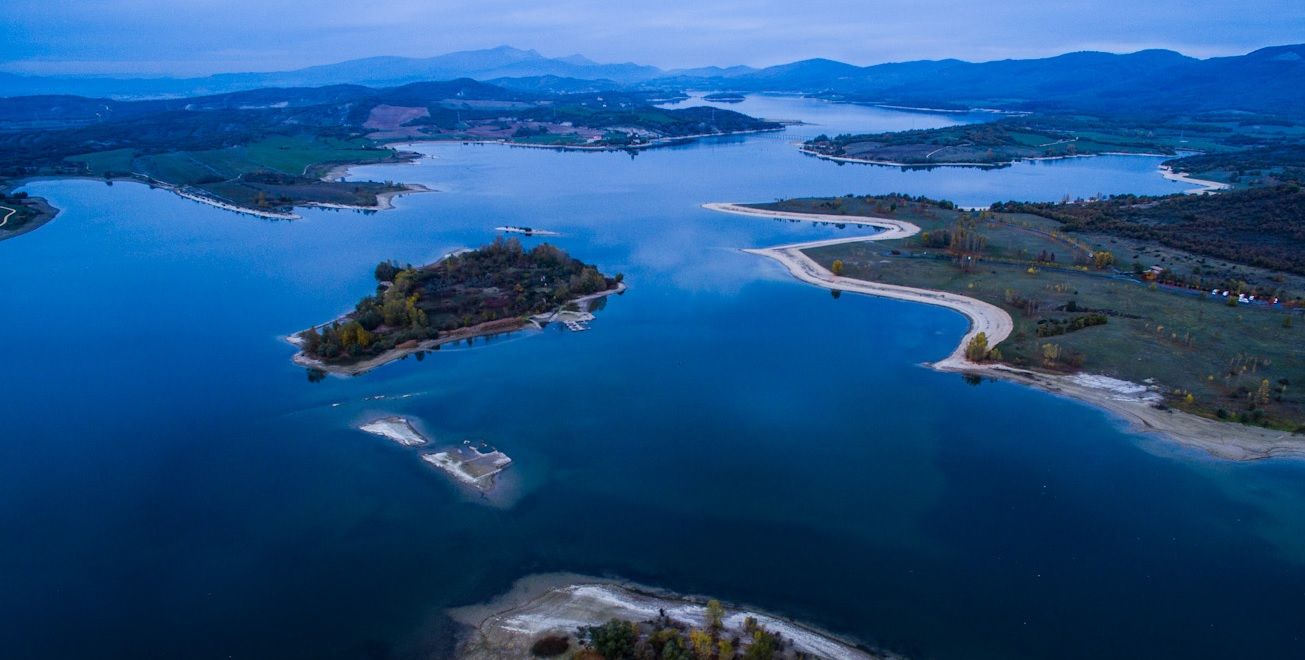 Foto aérea del Embalse de Ullibarri-Gamboa y el Parque de Garaio
