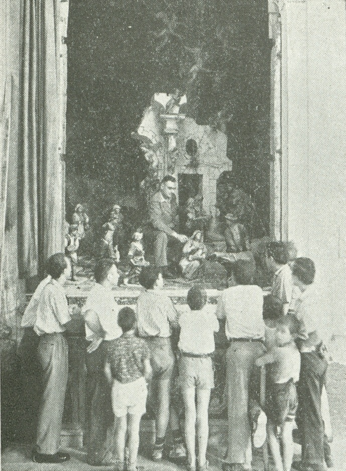 Sicilia. Pesebre de talla del siglo XVII. Iglesia de San Bartolomé. Angelo Stefanucci explicando a unos muchachos el significado del pesebre.