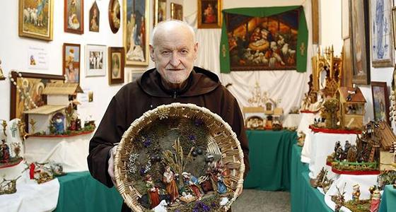 Fray Conrado Estruch, con uno de sus trabajos en la exposición benéfica que cada año realizaba en el Convento capuchino de San José de Valencia